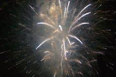 Viertel von Juli-Feier mit den explodierenden Feuerwerken, Unabhängigkeitstag, Ojai, Kalifornien Stockbilder