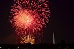 Viertel von Juli-Feuerwerken auf dem Gezeiten- Becken des Nationalparks, mit Washington Monument in Washington, Bezirk Columbia lizenzfreie stockfotos