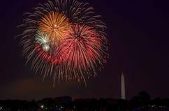 Viertel von Juli-Feuerwerken auf dem Gezeiten- Becken des Nationalparks, mit Washington Monument in Washington, Bezirk Columbia lizenzfreies stockbild