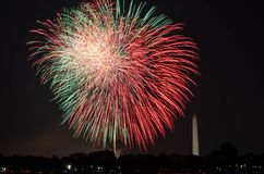 Viertel von Juli-Feuerwerken auf dem Gezeiten- Becken des Nationalparks, mit Washington Monument in Washington, Bezirk Columbia lizenzfreies stockfoto