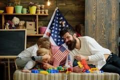 Viertel von Juli Glückliche Familie feiern Viertel von Juli mit amerikanischen Flaggen Viertel von Juli-Nationaltag Glückliches V Stockfotografie