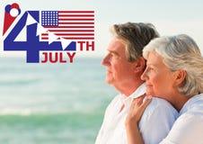 Viertel von Juli-Grafik mit Flaggen und von Eiscreme gegen die älteren Paare, die heraus zum Meer schauen stockfotos