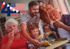 Viertel von Juli-Grafik mit Flaggen und von Eiscreme gegen die Familie, die Pizza mit roter Überlagerung isst Lizenzfreies Stockfoto