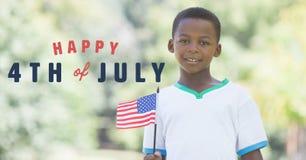Viertel von Juli-Grafik nahe bei dem Jungen, der amerikanische Flagge hält Stockbild