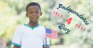 Viertel von Juli-Grafik nahe bei dem Jungen, der amerikanische Flagge hält Lizenzfreie Stockbilder
