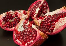 Viertelschnitt-Granatapfelfrucht Stockfoto