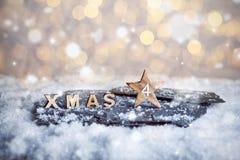 Viertes Advent Sunday und hölzerne Weihnachtsbuchstaben im Schnee stockbilder