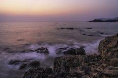 Vierw over een klip bij de zonsondergang van zonsonderganggoa royalty-vrije stock afbeeldingen