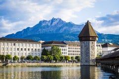 Vierwaldstätter sehen in der Luzerne mit Turm stockfotografie