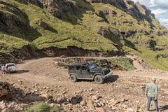 Vierwielaandrijvingvoertuigen op haarspeldkromming in Sani-Pas Stock Afbeeldingen