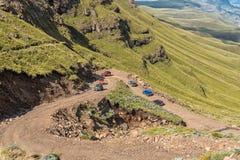 Vierwielaandrijvingvoertuigen op haarspeldkromming in Sani-Pas Royalty-vrije Stock Fotografie