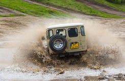 Vierwielige aandrijving op modderig spoor Stock Foto