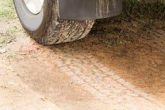 Vierwielige aandrijvingsband met sporen bij de droge landweg Royalty-vrije Stock Foto's