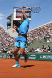Vierzehn Zeiten Grand Slam-Meister Rafael Nadal in der Aktion während seines dritten Rundenmatches bei Roland Garros 2015 lizenzfreies stockbild