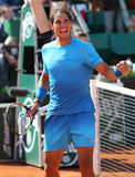 Vierzehn Zeiten Grand Slam-Meister Rafael Nadal feiert Sieg nach seinem dritten Rundenmatch bei Roland Garros 2015 lizenzfreie stockfotos