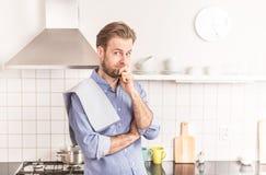 Vierzig Jahre alte kaukasische Mann oder Chef in der Küche Lizenzfreie Stockfotos