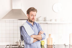Vierzig Jahre alte kaukasische Mann oder Chef in der Küche Lizenzfreies Stockbild