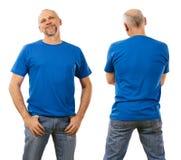 Vierziger, der leeres blaues Hemd trägt Stockbild