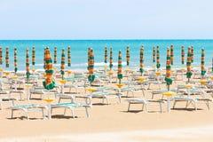 Vieste, Италия - Sunloungers на чистом пляже Vieste Стоковое Фото