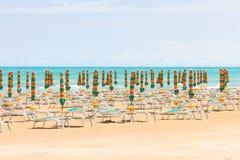 Vieste, Itália - pára-sóis na praia limpa de Vieste Imagem de Stock Royalty Free