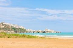 Vieste, Italië die - naar de stadsrichel kijken van het strand van royalty-vrije stock afbeeldingen
