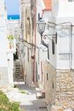 Vieste Italien - sikt in i en historisk gränd av Vieste arkivfoto