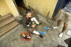 Vietamese Shoe shiner mender, Hanoi Royalty Free Stock Photos