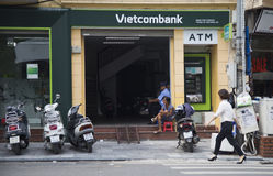 Vietcombank Cau的分部在Hoan Kiem (剑)湖附近去街道 免版税库存图片