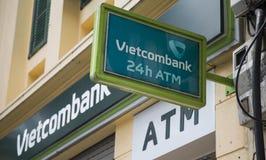 Vietcombank Cau的分部在Hoan Kiem (剑)湖附近去街道 免版税库存照片
