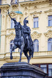 Vieti il monumento di Jelacic sul quadrato di città centrale di Zagabria La più vecchia costruzione diritta qui è stata sviluppat immagini stock