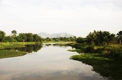 Vieti la montagna del paesino di pescatori e di Khao Oktalu di Pak Pra o il foro Fotografia Stock Libera da Diritti