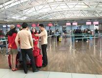 Vietjet航空小队乘务员在汉城机场 库存照片