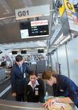 Vietjet linii lotniczych usługa agenci przy sprawdzają wewnątrz kontuar Fotografia Royalty Free