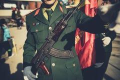 Vietmanese solding marsch med det långa gevärvapnet Arkivbild