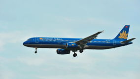 Vietnam Airlines Airbus A320 landing at Changi Airport Stock Photo