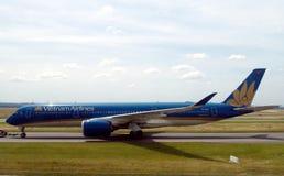 Vietnam Airlines-Flugzeug, das zur Rollbahn für geschleppt wird, starten lizenzfreie stockbilder
