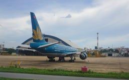 Vietnam Airlines surfacent à l'aéroport de Tan Son Nhat dans Saigon, Vietnam Image stock