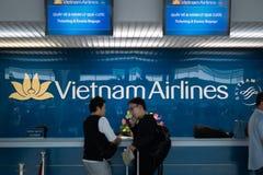 Vietnam Airlines tjänste- räknare inom av Tan Son Nhat International Airport, Ho Chi Minh Airport, Vietnam Arkivfoton