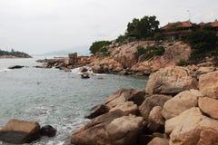 Vietnam Asien som kusten av Yellowet Sea stenar Arkivfoto