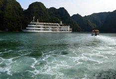 Vietnam - bahía larga de la ha - Cat Ba Island - barco de cruceros de AUCO y barco del día Fotos de archivo libres de regalías