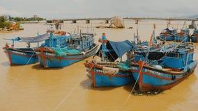 Vietnam Barcos de pesca con las banderas rojas en Nha Trang, almacen de video