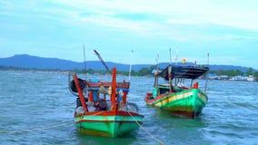 vietnam Barcos vietnamianos tradicionais no cais Diverso barco após ter pescado o suporte em um cais da aldeia piscatória vídeos de arquivo