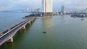 Vietnam-Brückenfahrrad auf Straßenantenne stock footage