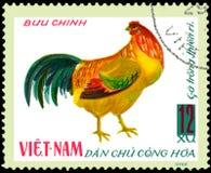 VIETNAM - CIRCA 1968: de postzegel in Vietnam wordt gedrukt toont haan, een reeks van binnenlandse kip die Stock Foto's