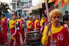 Vietnam - 22 de enero de 2012: Dragon Dance Artists durante la celebración del Año Nuevo vietnamita Foto de archivo