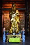 Vietnam - del norte - cierre de Bai Dinh Pagoda encima de estatuas más pequeñas del budista del oro imágenes de archivo libres de regalías
