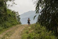 Vietnam-Dorf Sapa, Frauen im Trachtenkleid Lizenzfreie Stockfotos