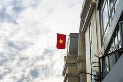 Vietnam flagga över stads- former för stad Royaltyfria Foton