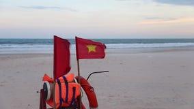 Vietnam flagga fortfarande på stark vind Tripodfunktionsläge stock video
