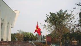 Vietnam flagga framme av Hanoi Vietnam flaggaflyg på en flaggapol lager videofilmer